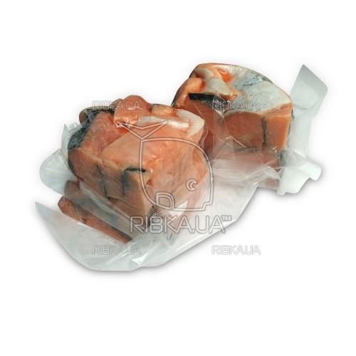 Кусочки лосося на шкуре с/м в вакуумной упаковке