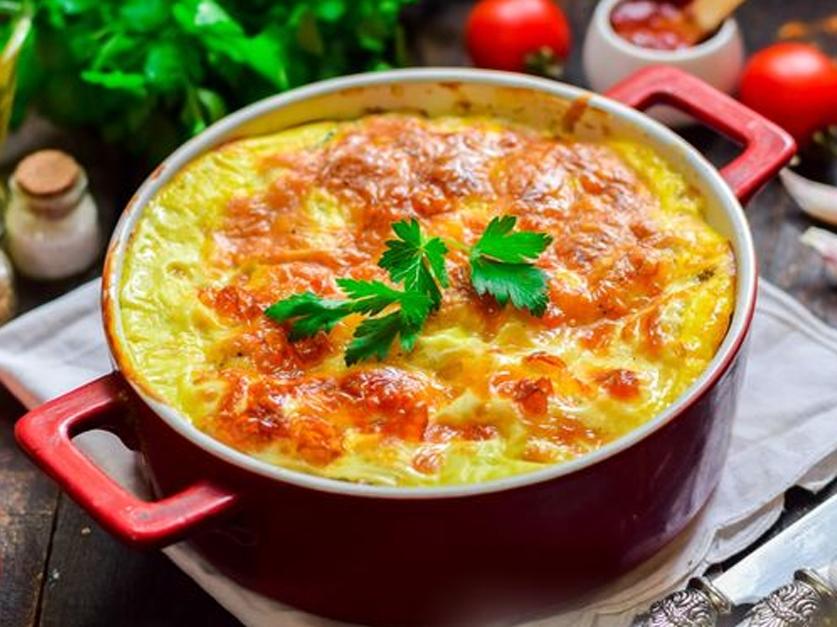 Хек, запеченный с картофелем и грибами, под сырной корочкой