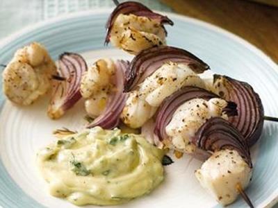 Морской черт на шампурах с базиликовым соусом