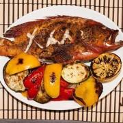 Красный групер с овощами гриль